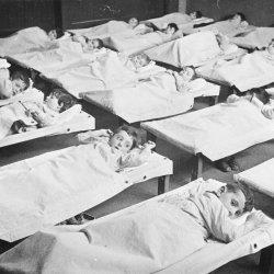 Joodse kindjes liggend op een stretcher in de crèche.