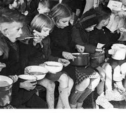 Groep kinderen krijgen te eten in de Hongerwinter