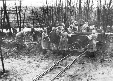 Werkende vrouwen in Ravensbrück waar Sabine Zuur gevangen zat