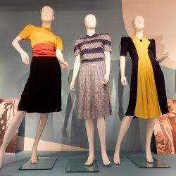Overzicht van een deel van de wisseltentoonstelling van Mode op de bon
