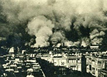 Foto van het bombardement op Rotterdam.