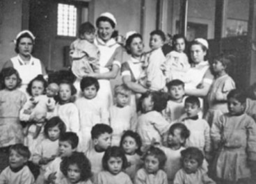 Group foto: Children in the day care centre with their nurse.