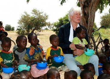 Paul van Vliet met kinderen uit Burkina Faso
