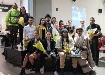 De winnaars van de modeshow, hun modellen en de jury