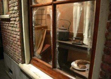 Close-up van de nagebouwde keuken in het museum