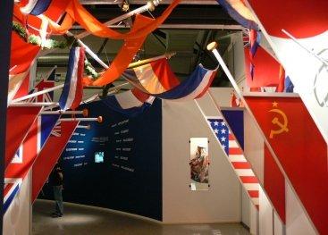 Gedeelte over de bevrijding met vlaggen in het museum