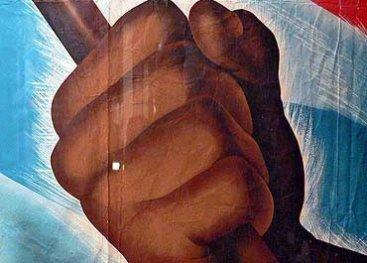 Gedeelte van een propagandaposter, met de Nederlandse vlag en een vuist