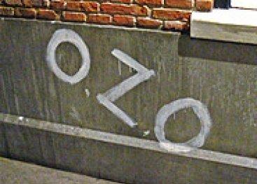 Stukje muur met erop OZO, Oranje Zal Overwinnen