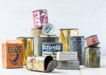 Blikken en verpakkingen voedsel uit de oorlog