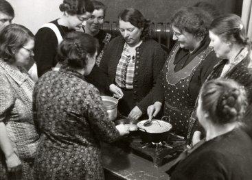 Vrouwen krijgen kookles van het Voorlichtingsbureau van de Voedingsraad, 1941.